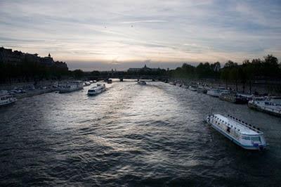 Puesta de sol sobre el Sena en Paris