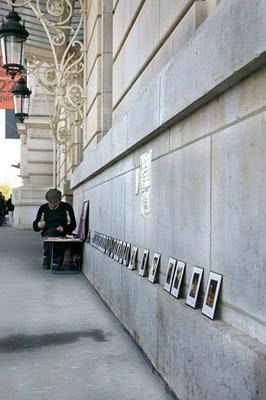 Pintor de esmaltes a la puerta del museo de Orsay