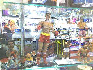 Bonecos da série Rocky em loja de Suplementos de SP