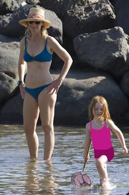 Helen Hunt in Bikini Top on the beach in Hawaii Pic 6 of 35