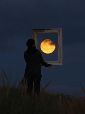 Foto-Foto Ilusi Memanfaatkan Bulan dan Matahari Terbenam