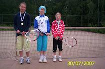 Tenniksen alkeiskurssin 30.7.2007 mitalikolmikko