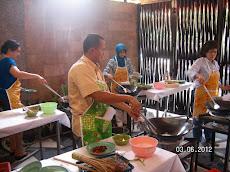Semua peserta terlihat sedang serius praktek memasak !