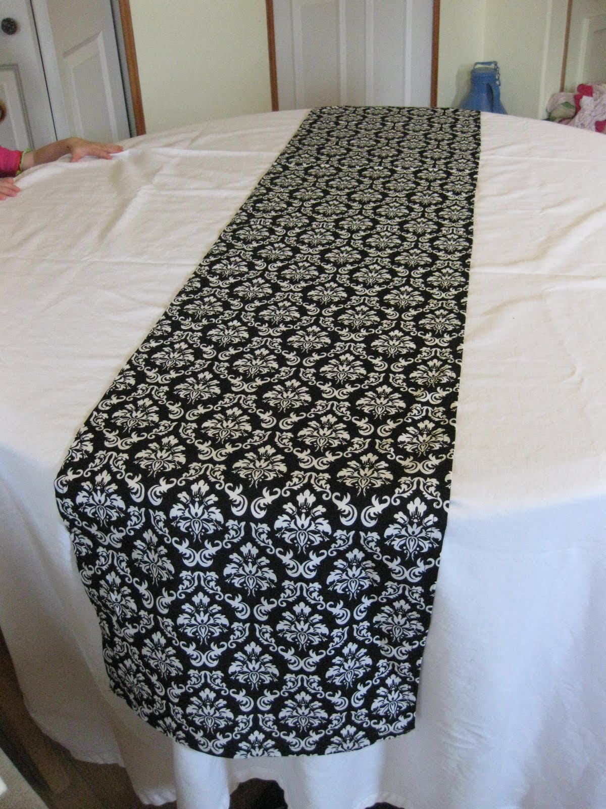 sweet daisy designs table runners for sale. Black Bedroom Furniture Sets. Home Design Ideas