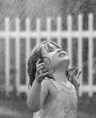http://1.bp.blogspot.com/_g0JXOCnBMM4/SQsKW_NcYJI/AAAAAAAACNk/AAcmsOaLx-8/s400/bambina+sotto+pioggia.bmp
