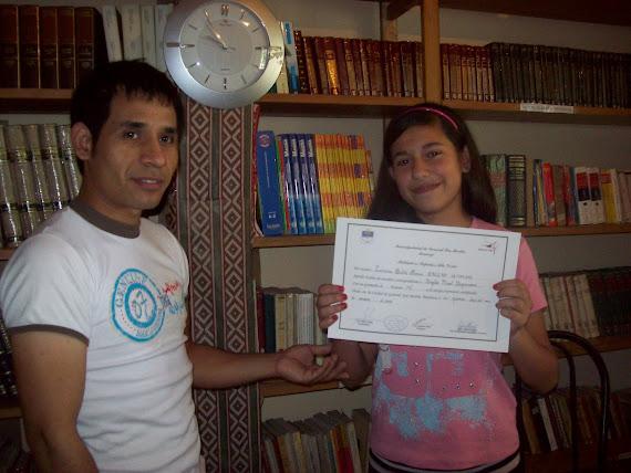 Luciana recibiendo certificado de curso de Ingles
