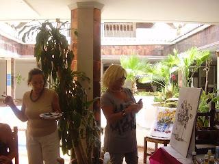 la profesora y una alumna del taller de pintura gratuito para socios