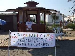 una socia gestionando la biblioplaya de marina de casares
