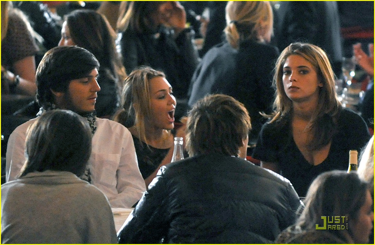 http://1.bp.blogspot.com/_gCCVRzAptFA/TIauYXLTZ4I/AAAAAAAADjA/-9JrtAmqbMU/s1600/miley-cyrus-ashley-greene-eating-B.jpg