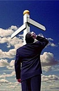 uomo davanti a un bivio con cielo sullo sfondo