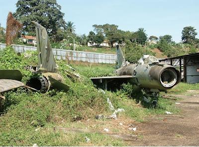 16/12/12 - Operación Trueno, 90 minutos en Entebbe - La Granja Airsoft Cazas+uganda+destruidos+israelies+israel+1976+entebbe+operation+thunderbolt+yonatan+jonathan+raid+wrecks+wreckage+aircraft