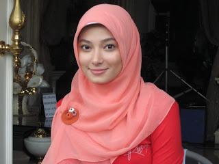 Cewek Jilbab Ngocokin Kontol di Mobil