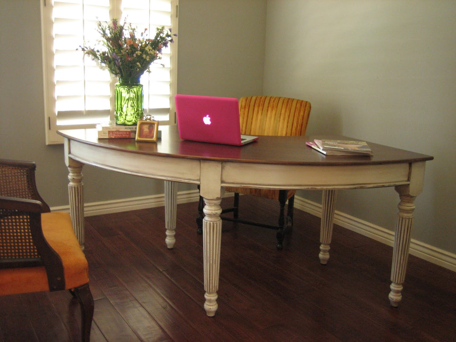 Pretty curved wood desk. Antiqued ivory finish. Pretty stained top