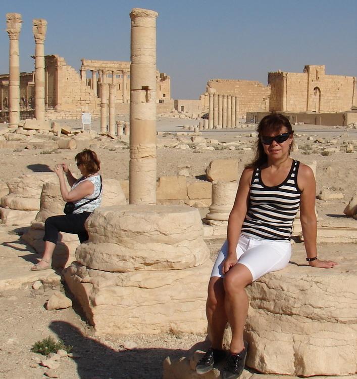 Posando en Palmira, y la otra a sus cosas