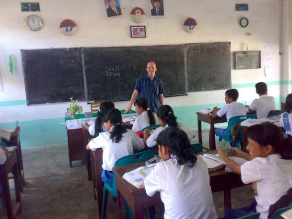 Brett Gibson Memberikan Pembelajaran Pada Murid BilinguaL Class