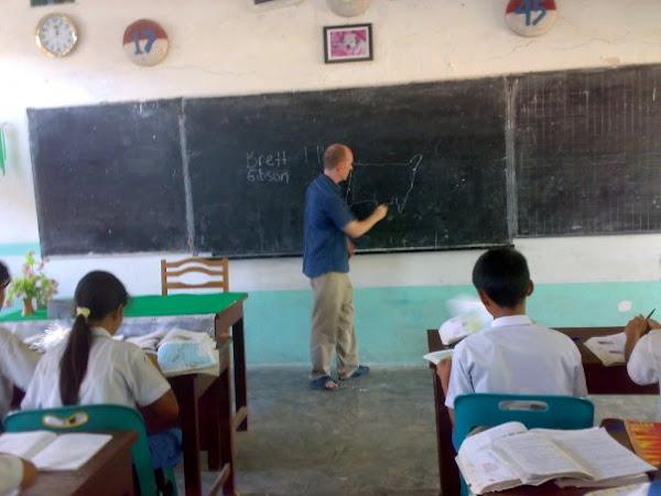 Brett GibSon Memberikan PembelajaraN Pada Siswa BilinguaL Class