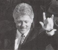 Clinton faisant Le Signe de Reconnaissance des Illuminatis