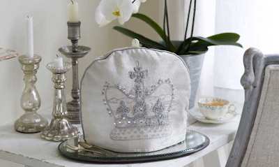Crown tea cosy by Jan Constatine