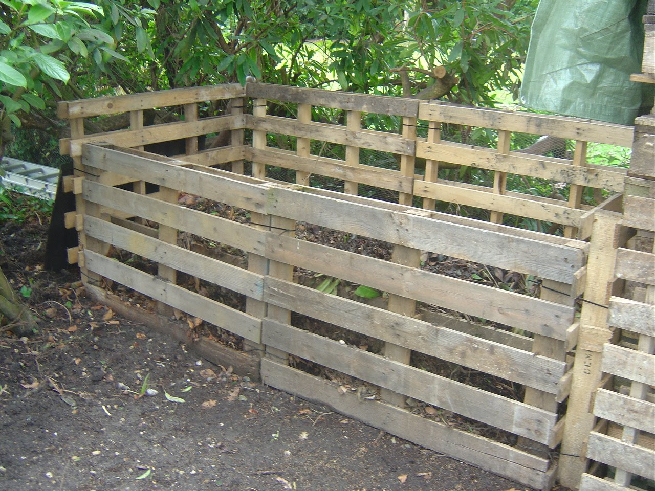 Mending things pallets compost bins for Things to do with pallets