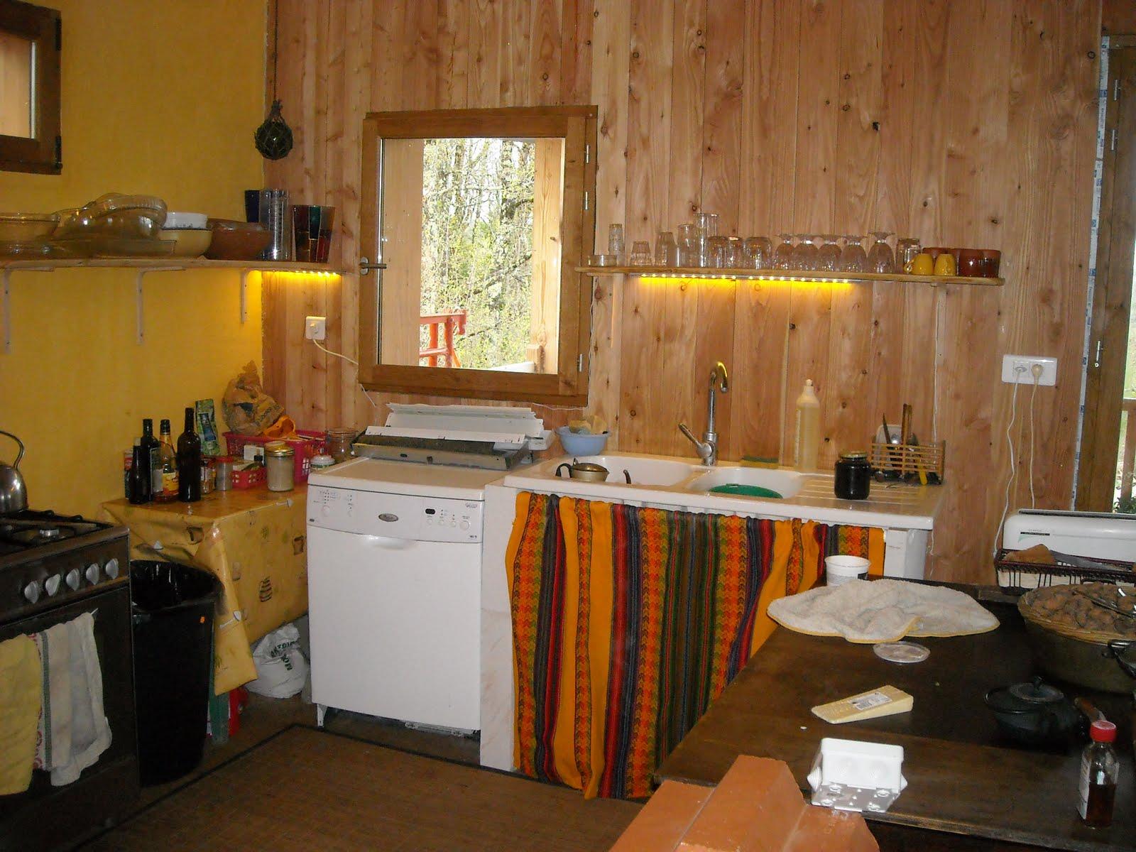 La cuisine des étagères sur mesure et de la déco maison un beau