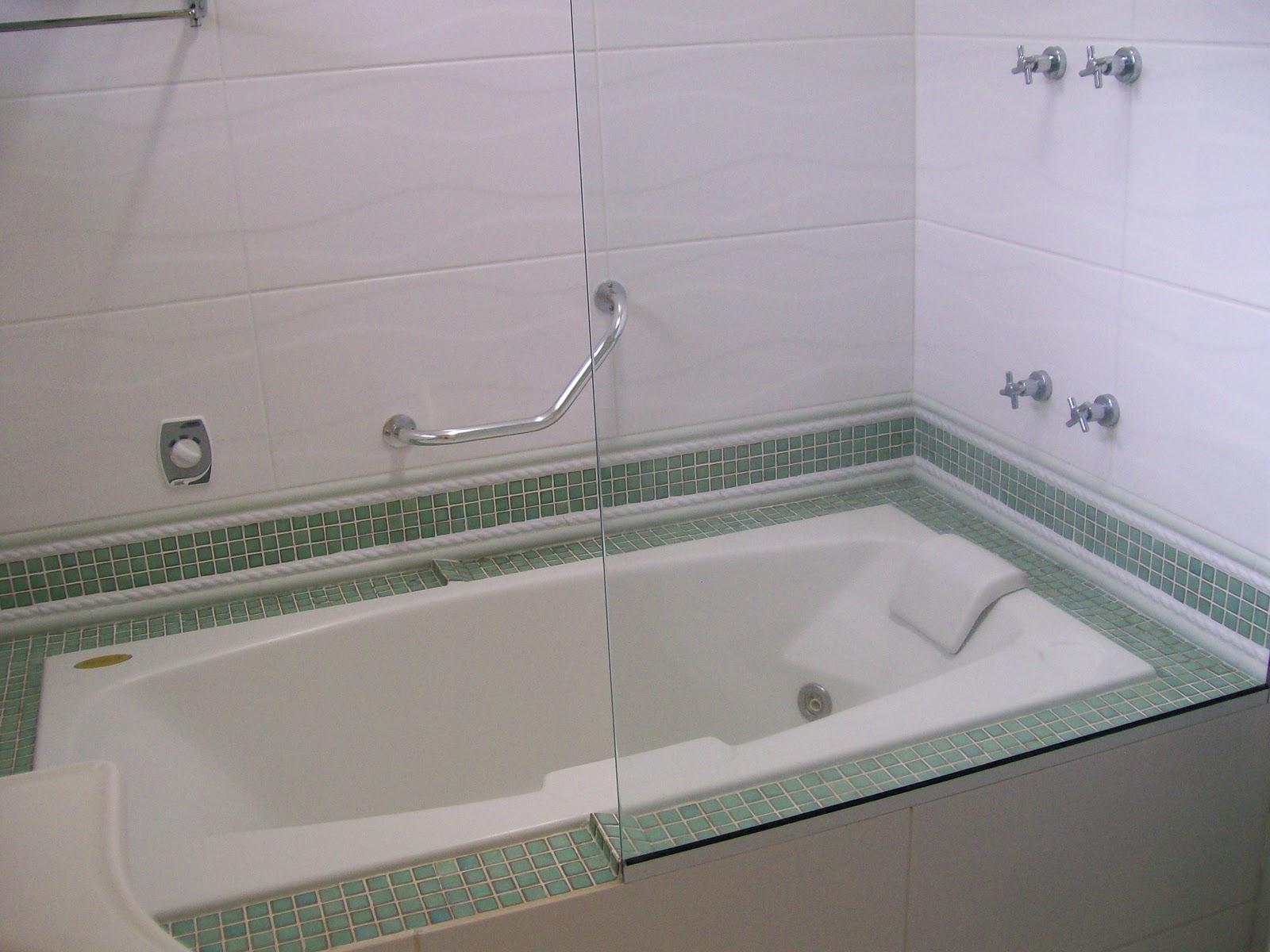 Jacuzzi com hidro e aquecimento no banheiro da suíte; acabamento  #625A71 1600x1200 Armario Banheiro Blindex