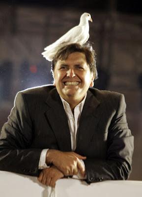 Alan García Pérez con enorme sonrisa