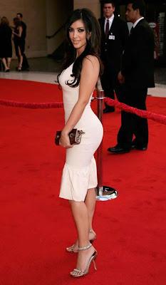 Kim Kardashian de perfil en la Alfombra Roja