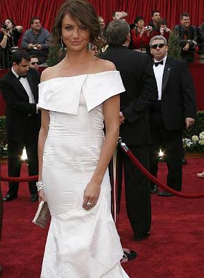 Cameron Díaz vestida de blanco y cabello castaño