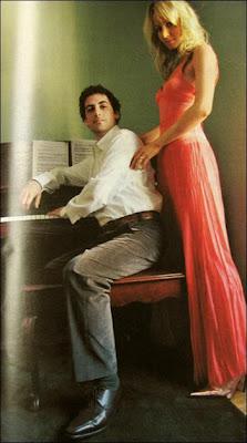 Julia Trappe y Juan Diego Florez posando junto a su piano