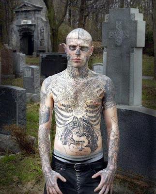 El hombre tatuado de calavera en el cementerio