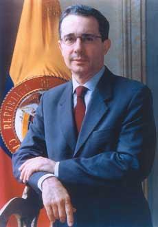 Rostro de Alvaro Uribe con leve sonrisa