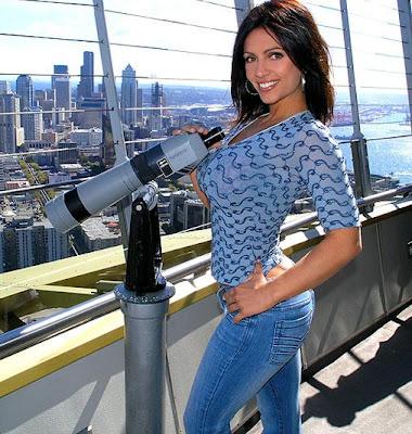 Denise Milani disfruta la ciudad con un telescopio