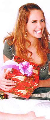 Emilia Drago agarrando su regalo