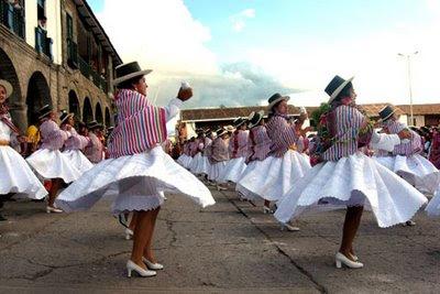 Mujeres bailando en el Carnaval de Ayacucho