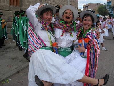 Ayacuchanas con bellas sonrisas en el Carnaval de Ayacucho