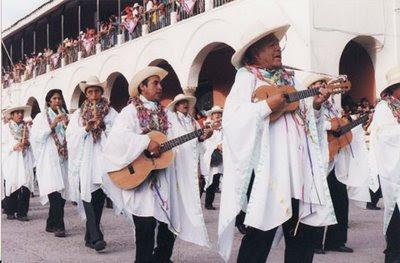 Hombres músicos en el Carnaval de Ayacucho