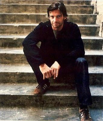 Hugh Jackman posando en la escalera