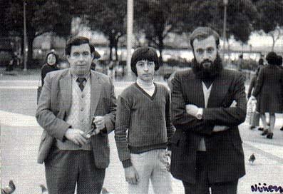 11. Evelio (mi tío), su hijo Evelio (mi primo) y Blas, Plaza de Cataluña, Barcelona, año 1976.