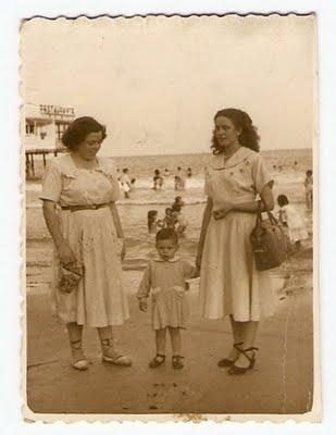 9. Con mi madre, Dionisia, y con mi tía María. Playa del Postiguet, Alicante, era el año 1950.