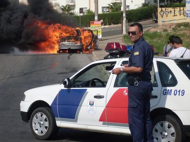 veiculo pega fogo em via pública
