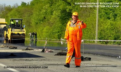 Фото, строитель на участке реконструкции автодороги М-06
