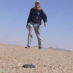 http://1.bp.blogspot.com/_gwgUW4gz3d8/ScsH51D8ZnI/AAAAAAAAAa0/Cz34Y5bTGWY/s400/Peter_Jenninskens_fragmentos_encontrados_desierto_Sudan.jpg