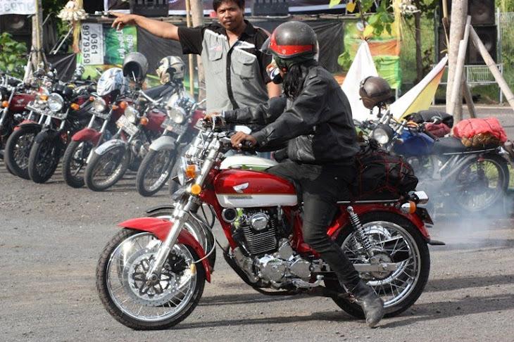 Pak Kadek Susila terpaksa turun tangan, untk mengarahkan bikers yang salah masuk