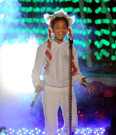Site Blogspot  Willow Smith Hairstyles on Ghettofabu    Willow Smith Whips Hair With Kem And Stevie Wonder