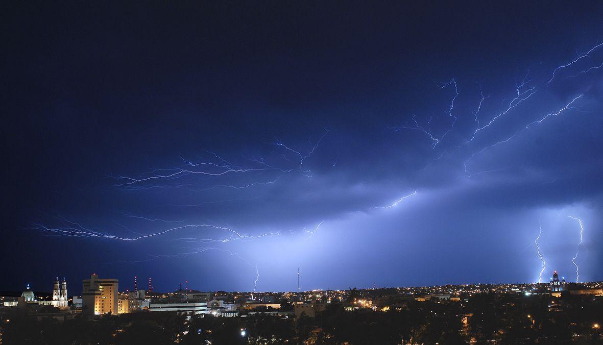 Tormenta de noche sobre Culiacán. De día la tormenta la ponemos nosotros.