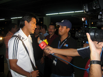 Claudio Suarez habla con la prensa/Claudio Suarez talks to media in Panama