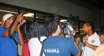 Roberto Nurse atiende a la prensa en Panama/Roberto Nurse talks to reporters in Panama