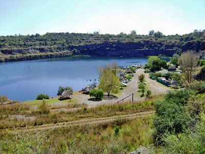 Widać dokładnie że Bass Lake to nie jezioro, tylko była kopalnia