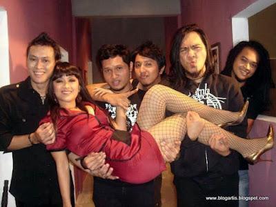 Andra and The Backbone Love Julia Perez
