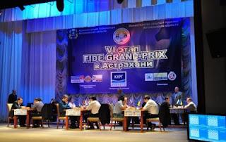 Echecs à Astrakhan : les joueurs sur la scène